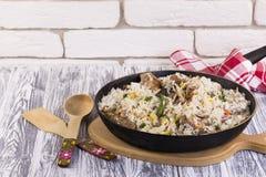 Τηγανίζοντας τηγάνι με τα τηγανισμένα λαχανικά κρέατος και ρυζιού Στοκ εικόνες με δικαίωμα ελεύθερης χρήσης