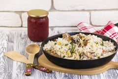 Τηγανίζοντας τηγάνι με τα τηγανισμένα λαχανικά κρέατος και ρυζιού Στοκ Εικόνες
