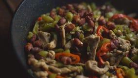 Τηγανίζοντας τηγάνι με την έτοιμη κινηματογράφηση σε πρώτο πλάνο fajita πικάντικα tacos σάλτσας κουζίνας πράσινα μεξικάνικα παραδ φιλμ μικρού μήκους