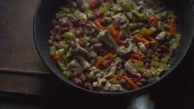 Τηγανίζοντας τηγάνι με την έτοιμη τοπ άποψη fajita πικάντικα tacos σάλτσας κουζίνας πράσινα μεξικάνικα παραδοσιακά βίντεο απόθεμα βίντεο
