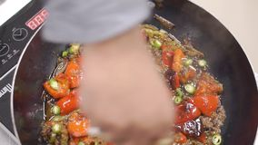 Τηγανίζοντας τηγάνι με την έτοιμη τοπ άποψη fajita συνδετήρας πικάντικα tacos σάλτσας κουζίνας πράσινα μεξικάνικα παραδοσιακά Τοπ φιλμ μικρού μήκους