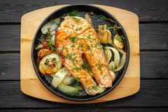 Τηγανίζοντας τηγάνι με την μπριζόλα σολομών, veggies ανακατώνω-τηγανητών, λεμόνι, κρεμμύδι και Στοκ Φωτογραφία