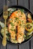 Τηγανίζοντας τηγάνι με την μπριζόλα σολομών, veggies ανακατώνω-τηγανητών, λεμόνι, κρεμμύδι και Στοκ φωτογραφία με δικαίωμα ελεύθερης χρήσης