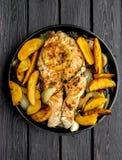 Τηγανίζοντας τηγάνι με την μπριζόλα σολομών, veggies ανακατώνω-τηγανητών, λεμόνι, κρεμμύδι, po Στοκ Εικόνες