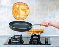 Τηγανίζοντας τηγάνι με την πετώντας τηγανίτα Στοκ Εικόνες