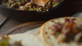 Τηγανίζοντας τηγάνι με την πλήρωση για το fajita και tortilla βίντεο απόθεμα βίντεο