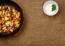 Τηγανίζοντας τηγάνι με τις τηγανισμένες πατάτες Στοκ φωτογραφία με δικαίωμα ελεύθερης χρήσης