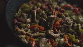 Τηγανίζοντας τηγάνι με το έτοιμο fajita πικάντικα tacos σάλτσας κουζίνας πράσινα μεξικάνικα παραδοσιακά βίντεο απόθεμα βίντεο