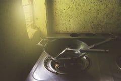 Τηγανίζοντας τηγάνι με το βατραχοπέδιλο στην κουζίνα στοκ εικόνα με δικαίωμα ελεύθερης χρήσης