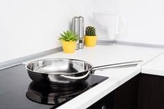 Τηγανίζοντας τηγάνι στη σύγχρονη κουζίνα Στοκ Εικόνες
