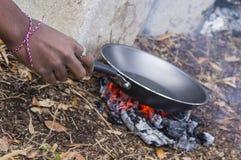 Τηγανίζοντας τηγάνι στους άνθρακες στοκ φωτογραφία με δικαίωμα ελεύθερης χρήσης