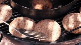 Τηγανίζοντας cutlets καλαμαριών στη σχάρα απόθεμα βίντεο
