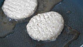 Τηγανίζοντας cutlets στο τηγάνι φιλμ μικρού μήκους