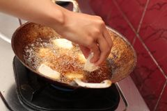 Τηγανίζοντας tofu σε ένα τηγανίζοντας τηγάνι, έκδοση 7 Στοκ Εικόνα