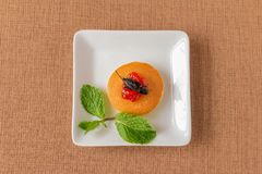 Τηγανίτα εντόμων - έντομο γρύλων με τη γλυκιά μαρμελάδα φραουλών σε ένα φύλλο τηγανιτών και μεντών για το πρόγευμα Στοκ φωτογραφία με δικαίωμα ελεύθερης χρήσης