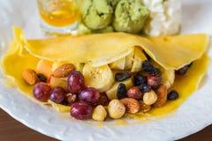 Τηγανίτα και φρούτα με το παγωτό στοκ φωτογραφία με δικαίωμα ελεύθερης χρήσης