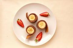 Τηγανίτα με την μπανάνα και τη φράουλα Στοκ Εικόνες