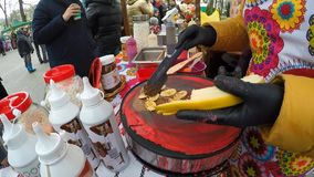 Τηγανίτα που γεμίζει με τις μπανάνες, τη σοκολάτα και περισσότερους για τις ασυνήθιστες τηγανίτες φιλμ μικρού μήκους