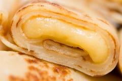 Μακροεντολή της λεπτής τηγανίτας που γεμίζουν με την κρέμα βανίλιας Στοκ φωτογραφίες με δικαίωμα ελεύθερης χρήσης