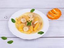 Τηγανίτα σε ένα πιάτο με τα φρούτα στοκ φωτογραφία με δικαίωμα ελεύθερης χρήσης