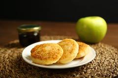 Τηγανίτα τυριών σε ένα πιάτο με το μέλι και το μήλο Στοκ εικόνες με δικαίωμα ελεύθερης χρήσης