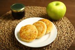 Τηγανίτα τυριών σε ένα πιάτο με το μέλι και το μήλο Στοκ Εικόνες