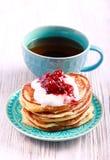 Τηγανίτες βουτυρογάλατος με το γιαούρτι και τη μαρμελάδα Στοκ φωτογραφίες με δικαίωμα ελεύθερης χρήσης