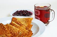 Τηγανίτες και μαρμελάδα κερασιών με το τσάι για το πρόγευμα Στοκ φωτογραφία με δικαίωμα ελεύθερης χρήσης