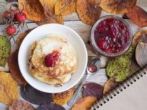 Τηγανίτες και μαρμελάδα φραουλών Στοκ εικόνα με δικαίωμα ελεύθερης χρήσης