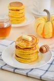 Τηγανίτες κολοκύθας στο άσπρο πιάτο με το βούτυρο και το μέλι Στοκ φωτογραφίες με δικαίωμα ελεύθερης χρήσης