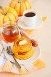 Τηγανίτες κολοκύθας στο άσπρο πιάτο με το βούτυρο και το μέλι Στοκ εικόνα με δικαίωμα ελεύθερης χρήσης