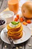 Τηγανίτες κολοκύθας στο άσπρο πιάτο Στοκ φωτογραφία με δικαίωμα ελεύθερης χρήσης