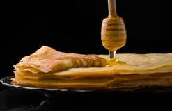 Τηγανίτες τηγανίτες λεπτές Ρωσικός bliny το maslenitsa, blini, πρόγευμα, crepe, μέλι, ζύμη, σωρός, τηγανίτα, ρωσικά, υπόβαθρο, γ στοκ φωτογραφία με δικαίωμα ελεύθερης χρήσης