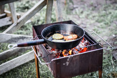 Τηγανίτες μαγείρων στη σχάρα Στοκ Φωτογραφίες