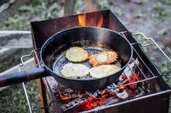 Τηγανίτες μαγείρων στη σχάρα Στοκ Φωτογραφία