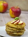 Τηγανίτες με τα μήλα και τη μαρμελάδα Στοκ Εικόνες