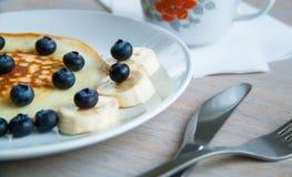 Τηγανίτες με τα μούρα και την μπανάνα Στοκ εικόνες με δικαίωμα ελεύθερης χρήσης