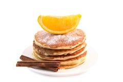 Τηγανίτες με την κανέλα και το πορτοκάλι που απομονώνονται στο άσπρο υπόβαθρο στοκ φωτογραφία με δικαίωμα ελεύθερης χρήσης