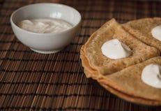 Τηγανίτες με την κρέμα στο πιάτο στοκ εικόνες με δικαίωμα ελεύθερης χρήσης