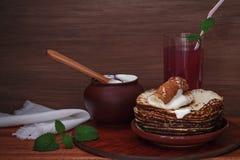 Τηγανίτες με την ξινή κρέμα Στοκ εικόνα με δικαίωμα ελεύθερης χρήσης