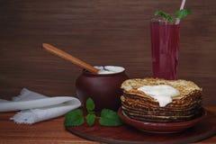 Τηγανίτες με την ξινή κρέμα Στοκ Εικόνες