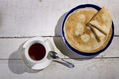 Τηγανίτες με τη μαρμελάδα σε ένα ξύλινο υπόβαθρο Στοκ Φωτογραφίες