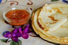 Τηγανίτες με τη μαρμελάδα στο πιάτο Στοκ Εικόνες