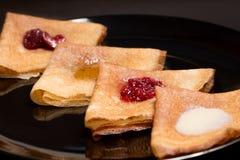 Τηγανίτες με τη μαρμελάδα φραουλών, τη μαρμελάδα σμέουρων, την ξινά κρέμα και το μέλι Στοκ εικόνες με δικαίωμα ελεύθερης χρήσης