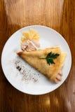 Τηγανίτες με τις γαρνιτούρες Τυρί και κοτόπουλο Στοκ Εικόνα