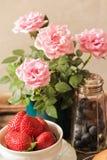 τηγανίτες με τις φράουλες και βακκίνια για το πρόγευμα Στοκ Φωτογραφία
