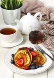 Τηγανίτες με τις φράουλες, τα βακκίνια και το σιρόπι σφενδάμνου στοκ εικόνα