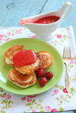 Τηγανίτες με τις φράουλες Στοκ εικόνα με δικαίωμα ελεύθερης χρήσης