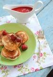 Τηγανίτες με τις φράουλες Στοκ φωτογραφία με δικαίωμα ελεύθερης χρήσης