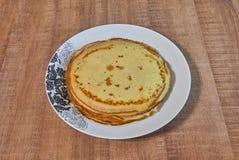 Τηγανίτες με το μέλι στο άσπρο πιάτο Στοκ εικόνα με δικαίωμα ελεύθερης χρήσης